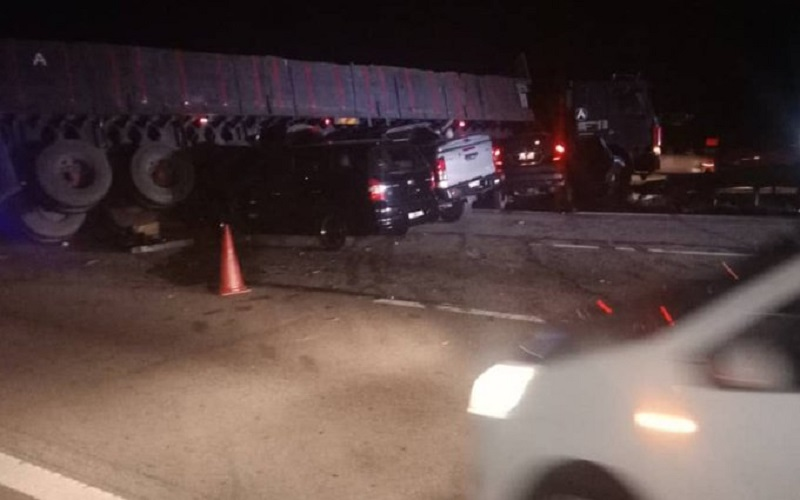 Rembau district police chief DSP Anuar Bakri Abdul Salam said in the 10.14pm crash, the trailer, headed Melaka from Klang, Selangor is believed to have lost control before coming to a halt in the middle of the highway. ― Picture via Twitter/bernamadotcom