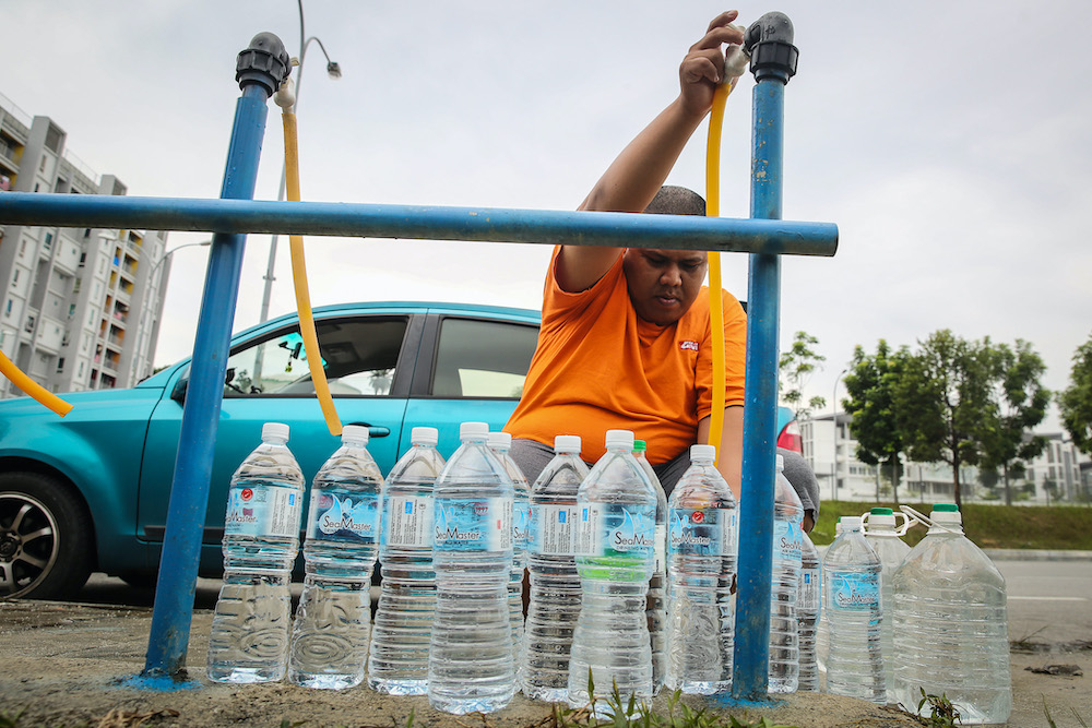 File photo of residents of Setia Alam collecting water from an Air Selangor water point following the water disruption in the Klang Valley September 6, 2020. — Picture by Yusof Mat Isa