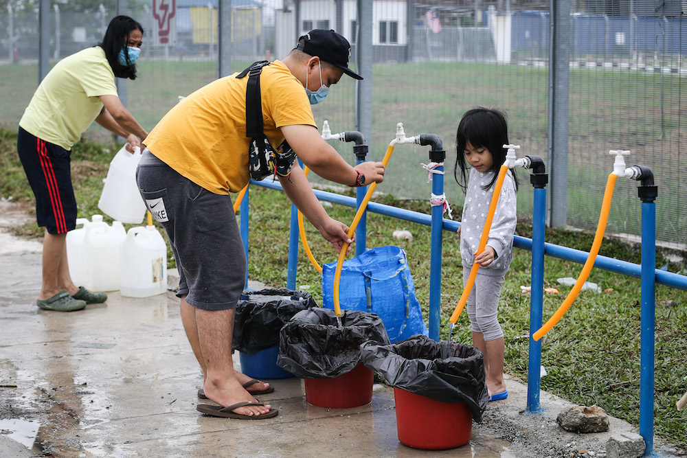 Residents of Setia Alam collect water from an Air Selangor water point following the water disruption in the Klang Valley September 6, 2020. — Picture by Yusof Mat Isa