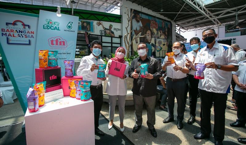 贸消部部长拿督亚历山大南达林奇(黑衣者),出席Love Local活动推介礼。 -Petronas供图-
