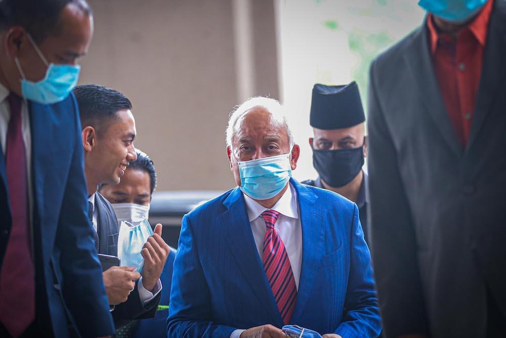 纳吉在吉隆坡法庭,神情自若地面对媒体的镜头。-Hari Anggara摄-
