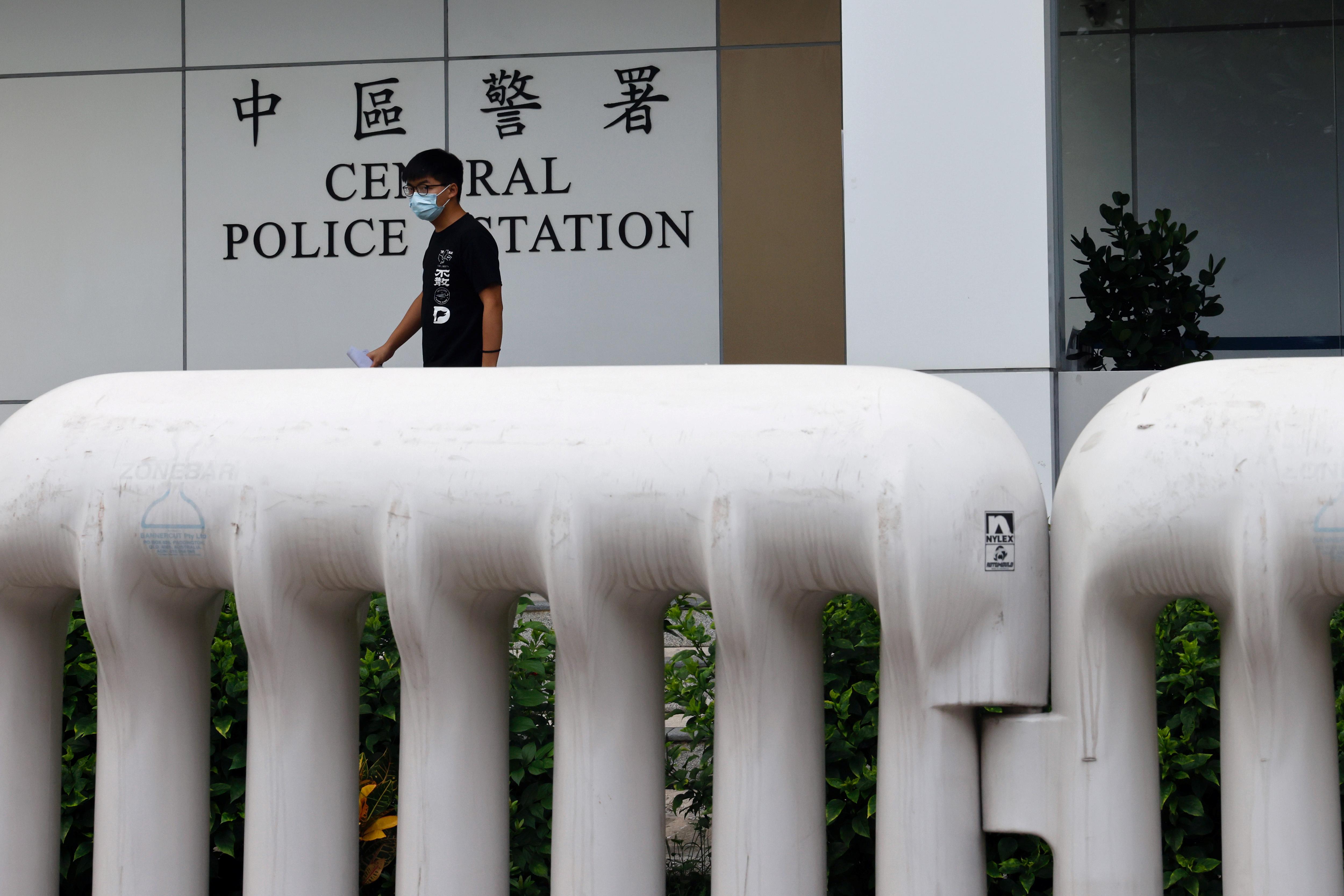 黄之锋周四离开香港中区警署时对记者证实,他将于30日再到香港东区裁判法院出庭。-路透社-