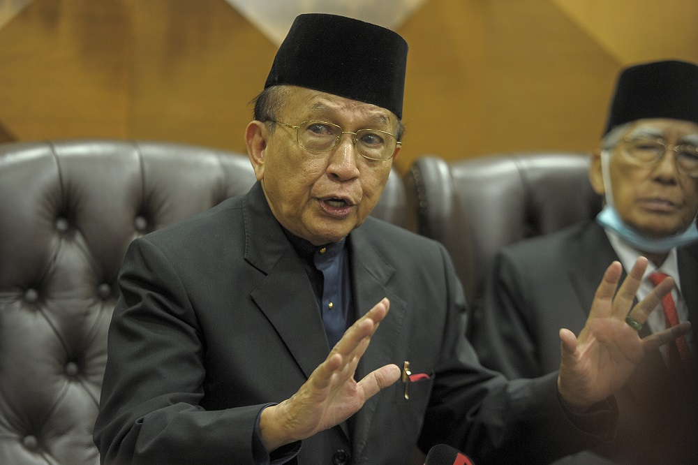 JKMR chairman Tan Sri Rais Yatim and LPPR chairman Tan Sri Abu Zahar Ujang, in a joint statement, said the alleged perpetrators must be brought to justice as soon as possible so that the people's confidence in the MACC remains intact. ― Picture by Shafwan Zaidon