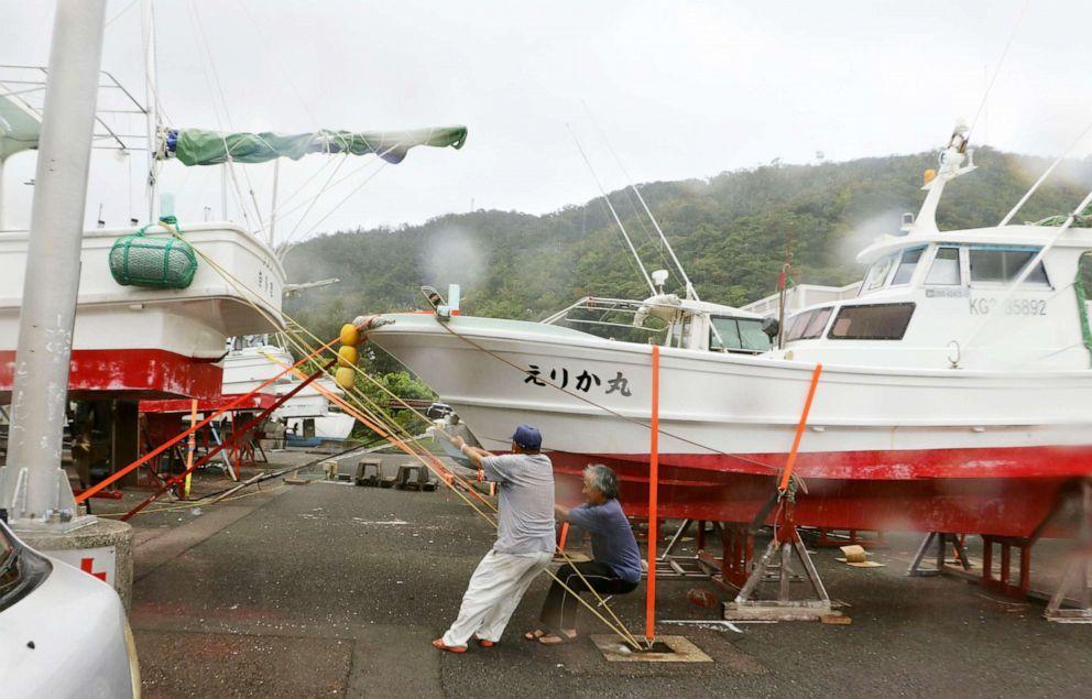 """""""海神""""可能带来""""前所未有""""的破纪录暴风、大浪、满潮及大雨,奄美大岛的渔船都早早回港躲避。-共同社-"""