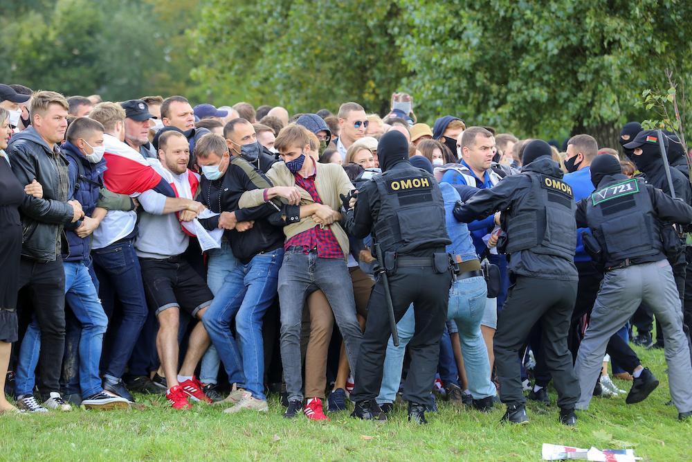 Strafverfolgungsbeamte streiten sich mit Demonstranten während einer Kundgebung gegen Polizeibrutalität nach Protesten gegen die Ablehnung der Ergebnisse der Präsidentschaftswahlen in Minsk, Weißrussland, am 13. September 2020. - Reuters Bild