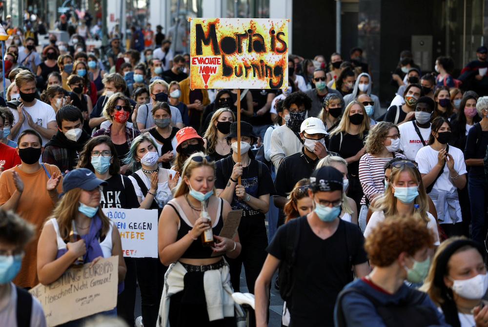 Demonstranten nehmen an einer Demonstration teil, bei der die Evakuierung überfüllter griechischer Migrantenlager und die Errichtung eines neuen Lagers auf der ägäischen Insel Lesbos in Berlin am 20. September 2020 gefordert werden. - Reuters Bild
