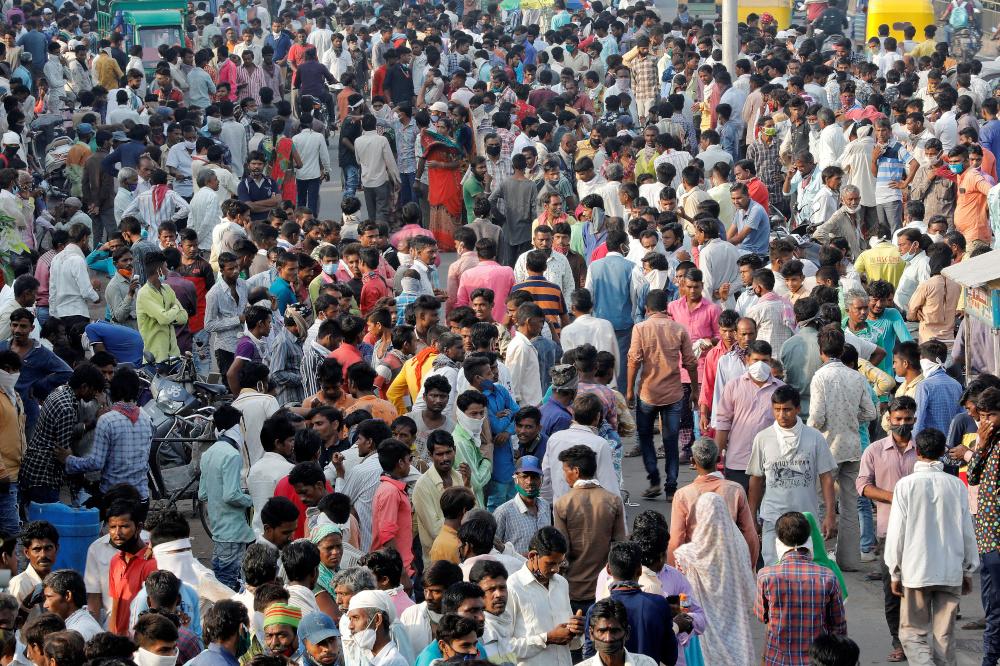 Arbeitsmigranten mit Tageslohn versammeln sich am 10. September 2020 in Ahmedabad, Indien, an einer Straße, während sie auf die Arbeit warten, während die Coronavirus-Krankheit ausbricht. - Reuters pic
