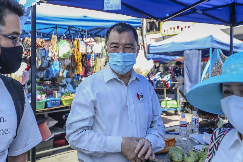 PBS party candidate for the Api-Api constituency Parti Bersatu Sabah (PBS) deputy president Datuk Dr Yee Moh Chai doing a walkabout at the Gaya Street (Sunday Market) in Kota Kinabalu, Sabah September 13, 2020. — Picture by Firdaus Latif