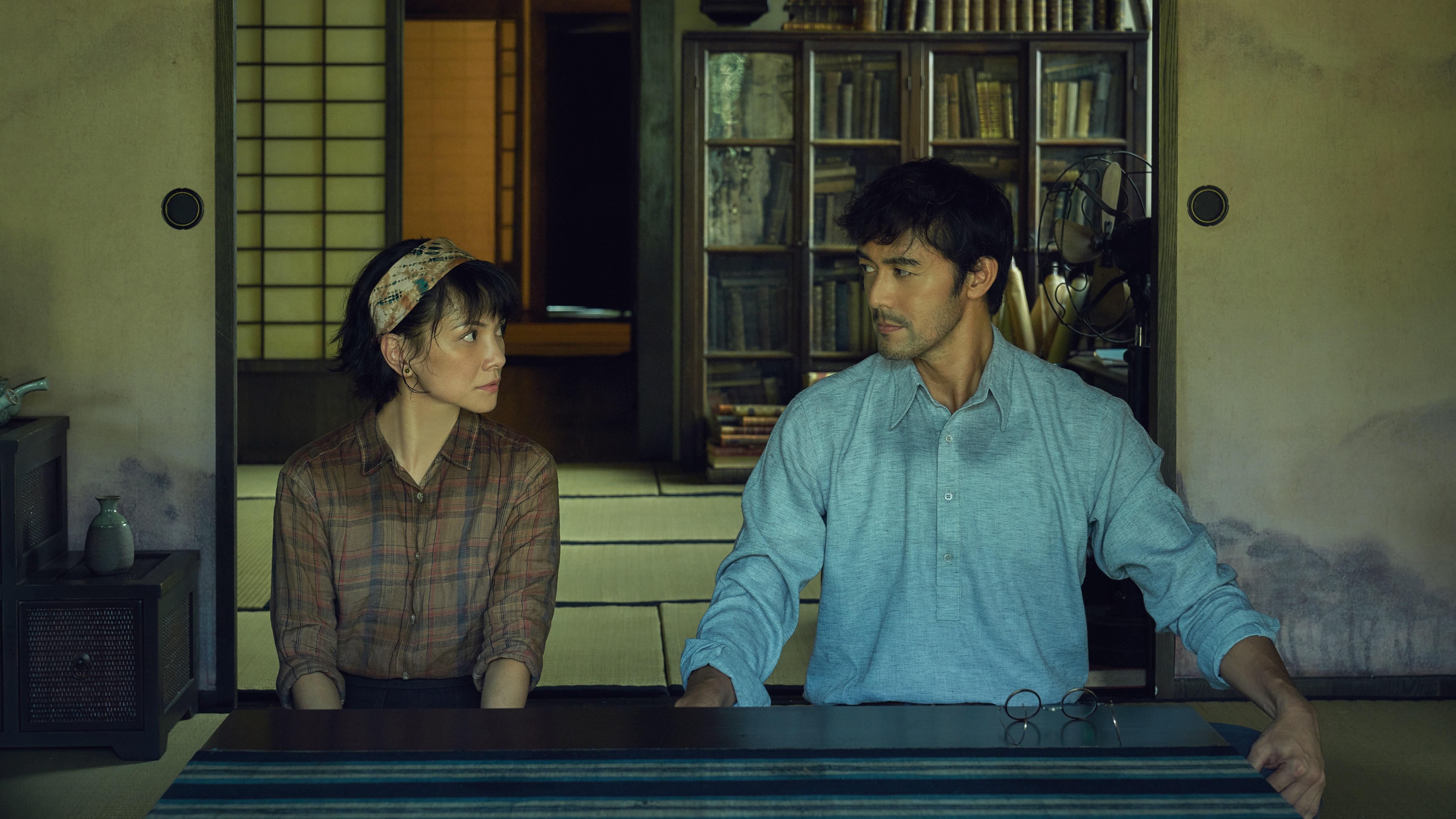 《夕雾花园》由李心洁(左起)与阿部寬领衔主演。-HBO Asia提供-