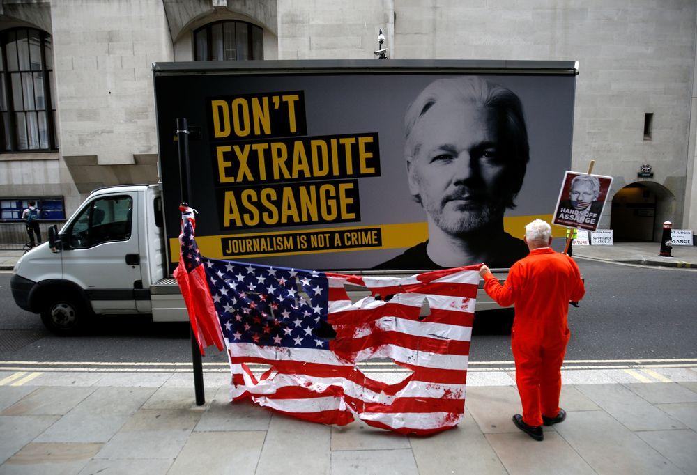 Ein Unterstützer des WikiLeaks-Gründers Julian Assange protestiert vor dem Old Bailey, dem Central Criminal Court, vor einer Anhörung, um zu entscheiden, ob Assange am 9. September 2020 in London an die Vereinigten Staaten ausgeliefert werden soll. - Reuters Bild
