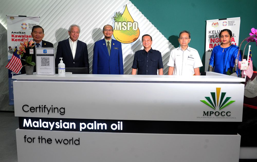 Deputy Primary Industries and Commodities Minister Datuk Seri Dr Wee Jeck Seng (third right) with MPOCC Chairman Mukhtar Suhaili (third left) attending the Opening Ceremony of MPOCC Headquarters at Section U1 Shah Alam, Sept 22, 2020. — Bernama pic