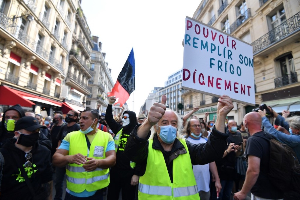 Frances yellow vests tussle with police as Paris protests resume