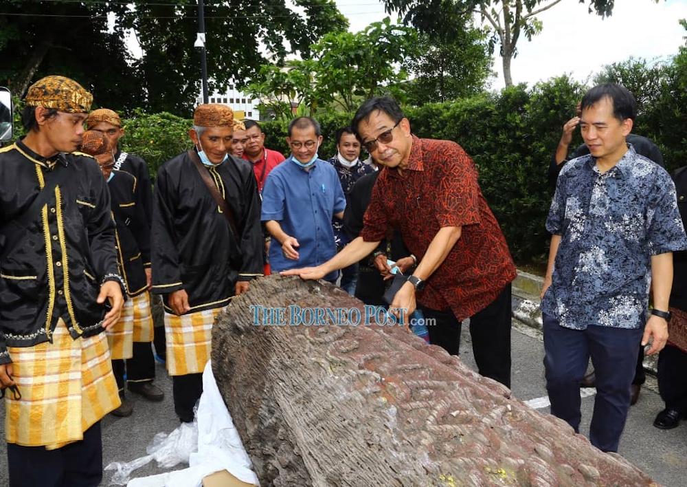 Datuk Abdul Karim Rahman Hamzah (2nd right) and Hii Chang Kee(right) with the 'kelidieng' of the Melanau. — Borneo Post pic