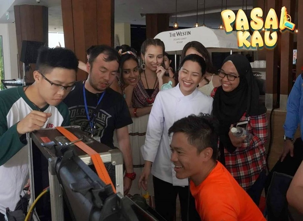 Teh with the cast and crew of 'Pasal Kau!' at Desaru, Johor. ― Picture via Instagram/@act2pictures