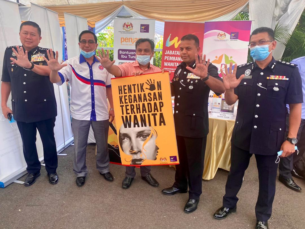 Johor police chief Datuk Ayob Khan Mydin Pitchay (2nd right) and his deputy Datuk Khaw Kok Chin (left) during a visit to the National Unity and Integration Department booth at the Dewan Tan Sri Mohamed Rahmat in Tampoi, Johor Baru September 28, 2020. — Picture by Ben Tan
