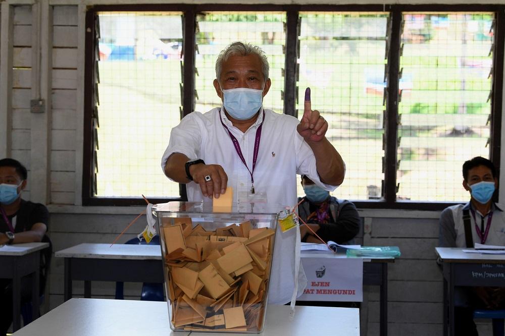 Barisan Nasional candidate Datuk Seri Bung Moktar Radin casts his vote in Kinabatangan September 26, 2020. — Bernama pic