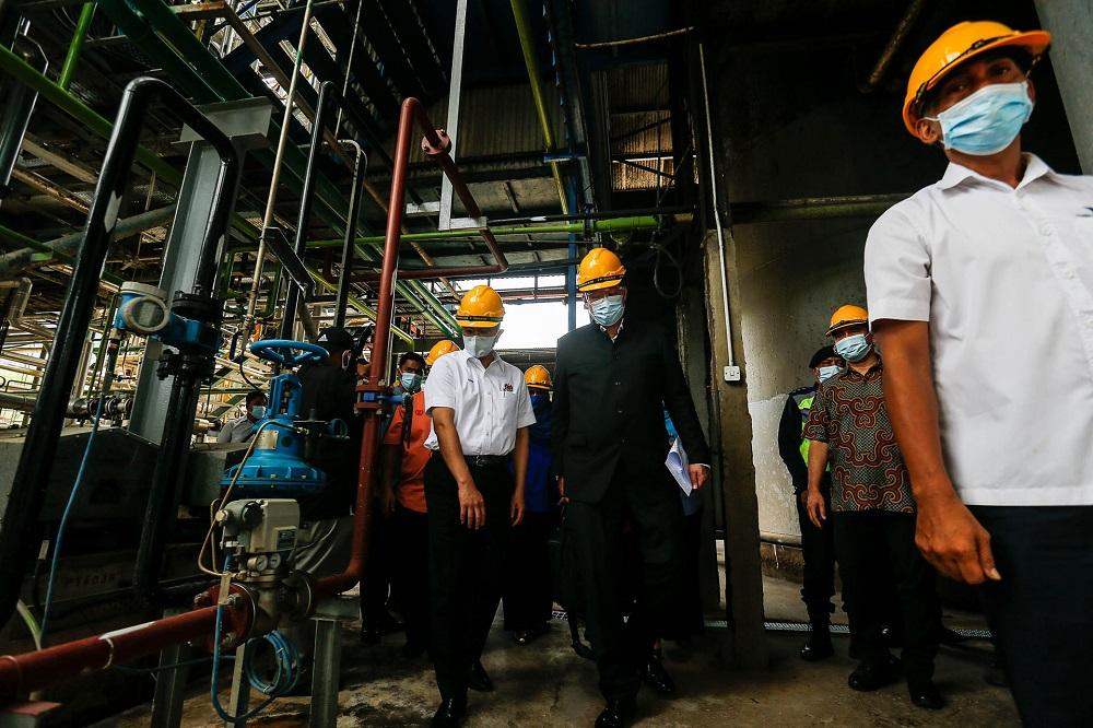 Datuk Siew Ka Wai (centre) and Senior Minister of International Tade and Industry Datuk Seri Mohamed Azmin Ali (left) visiting the plant here in Chuping, Perlis September 5, 2020. ― Picture by Sayuti Zainudin