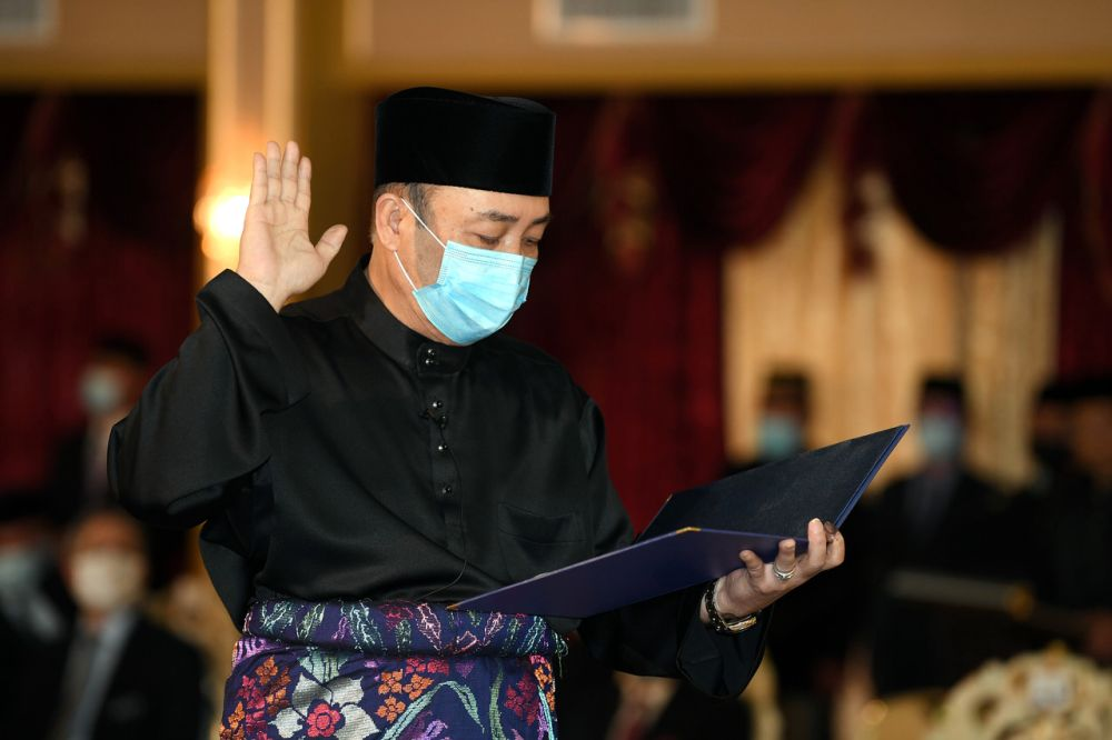 Datuk Hajiji Noor takes his oath of office as Sabah chief minister before the Yang di-Pertua Negeri Tun Juhar Mahiruddin at Istana Negeri, Kota Kinabalu September 29, 2020. — Bernama pic
