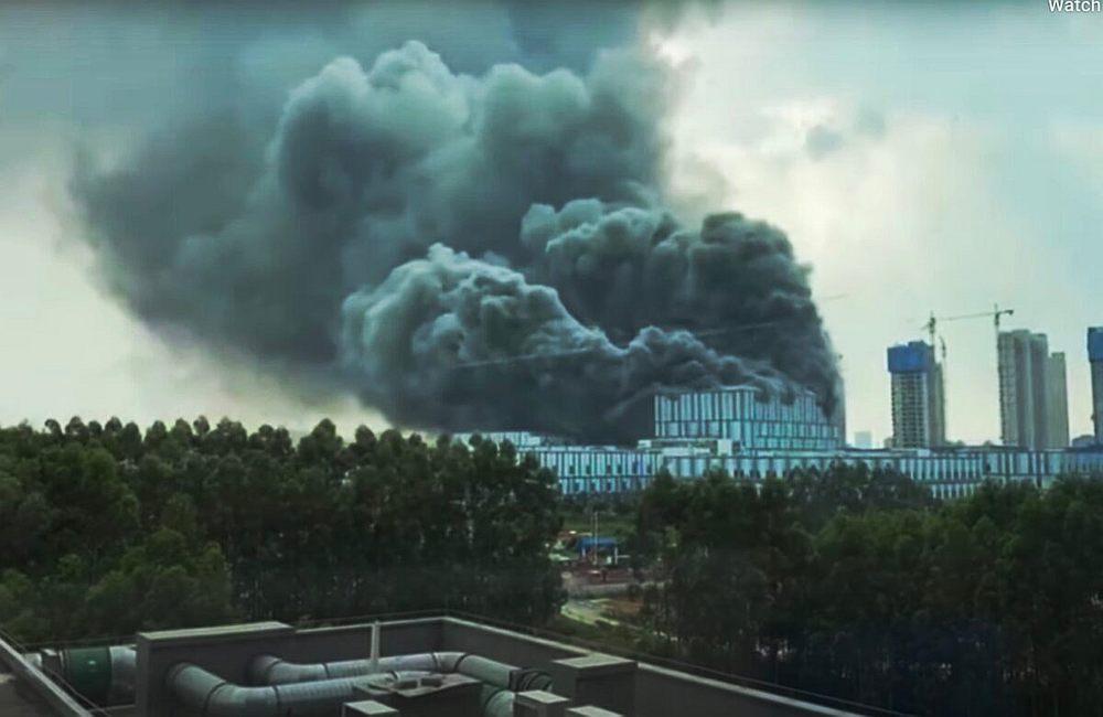 视频画面显示,浓烟不断从起火建筑物的顶层冒出。