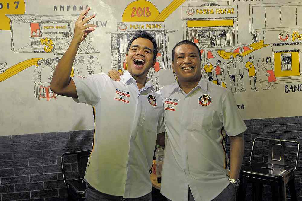 Pasta Panas founder Amiesh Remmy (right) with newly-appointed brand ambassador singer and actor Alif Satar at the launch of Pasta Panas flagship store in Bangsar, Kuala Lumpur. — Picture by Shafwan Zaidon