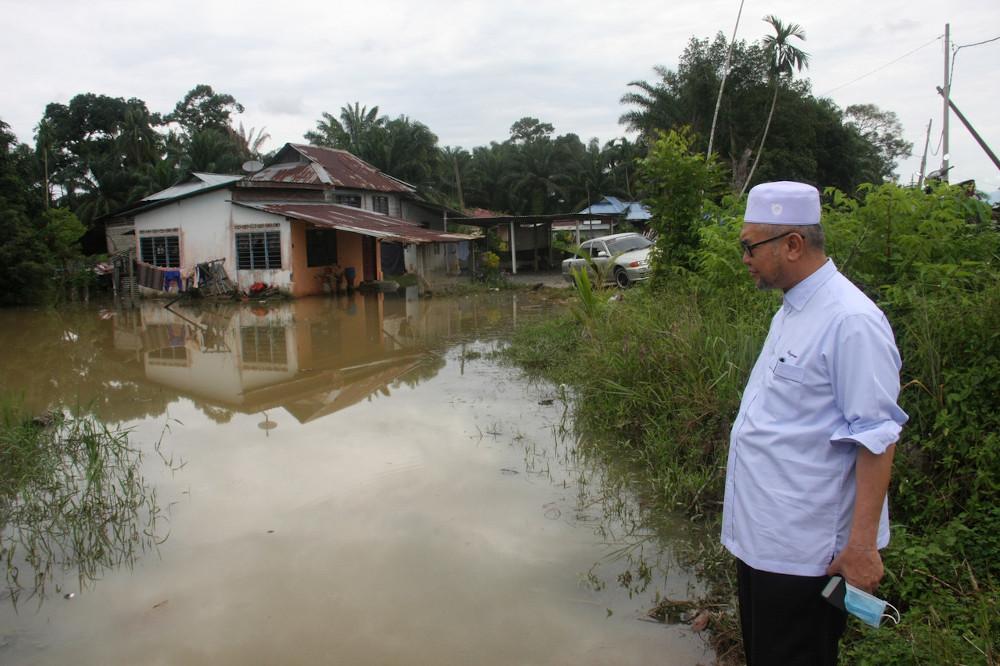 Perak Education, Human Capital Development, NGO and Civil Society Committee chairman Razman Zakaria looks at the flooded residents' houses while surveying the floods in Kampung Tanjung Bugis, Tebuk Panchor in Bagan Serai, September 14, 2020. — Bernama pic