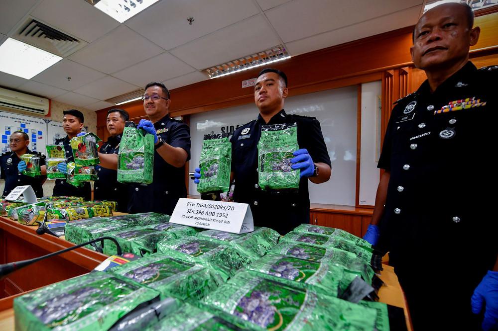 Melaka Narcotics CID chief Supt Zulkiflee Rashid (2nd left) shows the drug seizures at a press conference at the Melaka contingent headquarters September 29, 2020. — Bernama pic
