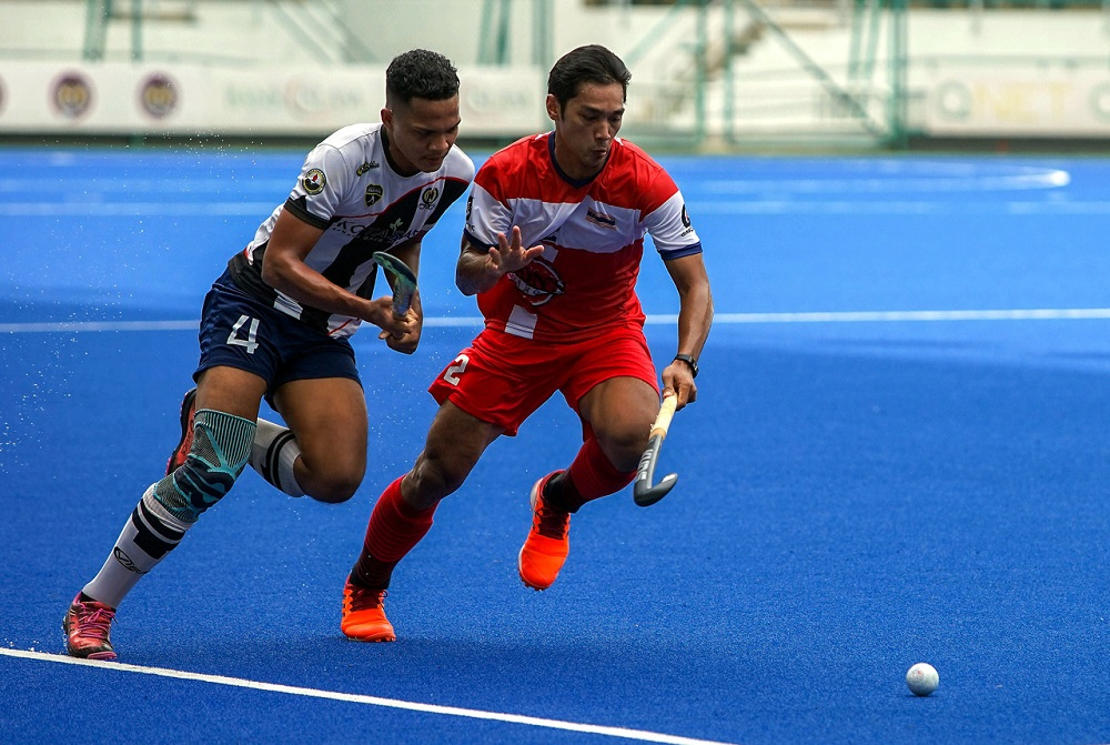 Kuala Lumpur player Sharil Saabah (right) is challenged by Pahang's Idris Samad during the Group D tie at the National Hockey Stadium in Bukit Jalil September 18, 2020. ― Bernama pic