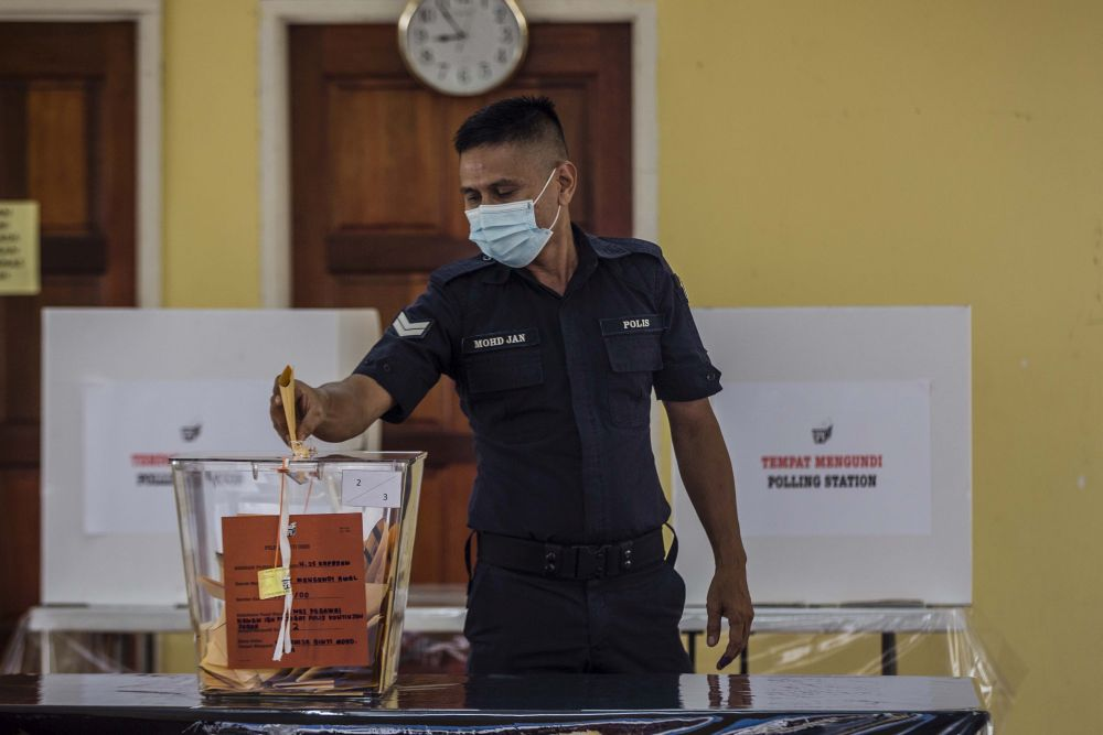 A police officer casts his ballot during early voting for the Sabah state poll in Kota Kinabalu September 22, 2020. — Picture by Firdaus Latif