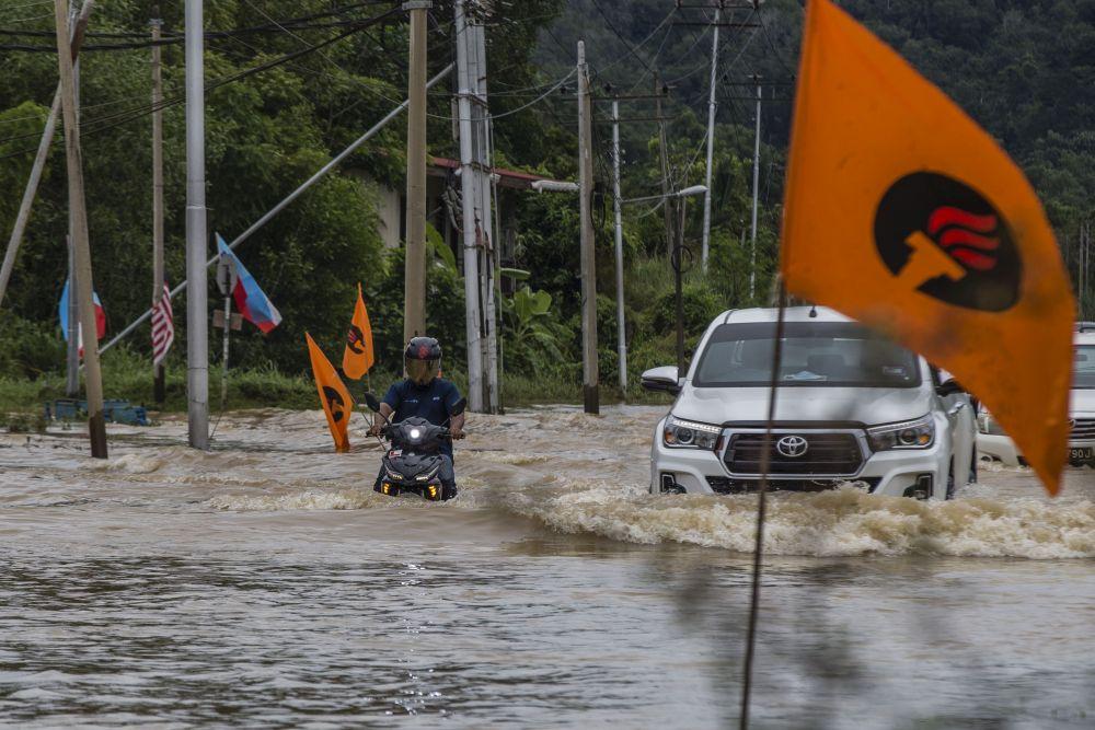 Motorists brave the flood waters on Jalan Datuk Panglima Banting in Penampang, Sabah September 15, 2020. — Picture by Firdaus Latif
