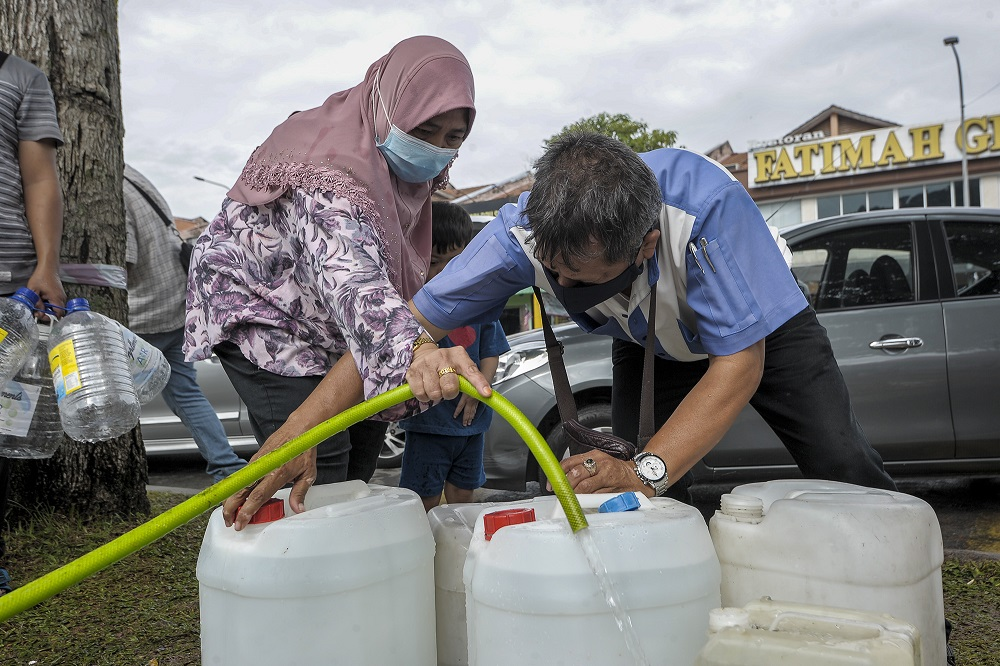 Residents of Keramat AU3 collect water from a Syabas water point following the water disruption in the Klang Valley September 5, 2020. ― Picture by Shafwan Zaidon