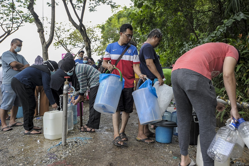 Residents of Keramat AU3 fill their pails with water following the water disruption in the Klang Valley September 5, 2020. ― Picture by Shafwan Zaidon