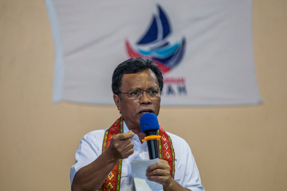 Datuk Seri Shafie Apdal (pic) said Datuk Mohamaddin Ketapi had no intention of insulting the struggle of soldiers and security personnel who sacrificed their lives to defend the people and the country. — Picture by Firdaus Latif