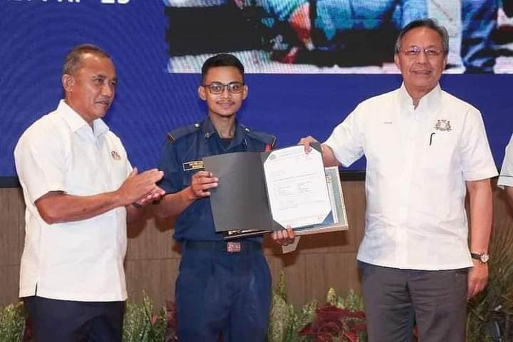 Shazrin Hafeez (centre) receiving the certificate of appreciation from Johor Menteri Besar Datuk Hasni Mohammad (right). — Picture via Facebook/InfoRoadblockJPJ/POLIS