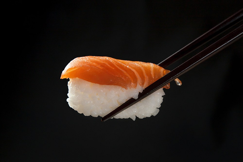 由干细胞培育的人造三文鱼片,可能很快就会出现在餐厅菜单上。-法新社-