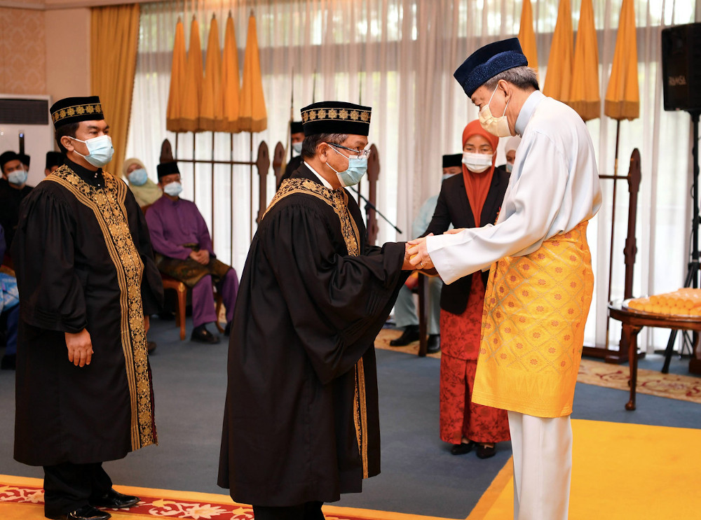 Sultan of Selangor Sultan Sharafuddin ldris Shah presenting a letter of appointment to Department of Syariah Judiciary Malaysia Chief Judge Datuk Dr Mohd Na'im Mokhtar at Istana Bukit Kayangan in Shah Alam, September 22, 2020. — Bernama pic