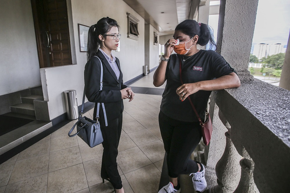 Lawyer Jasmine Wong and the Johor-born woman Tan Soo Yin at the Kuala Lumpur Court Complex on September 24, 2020. ― Pictures by Hari Anggara