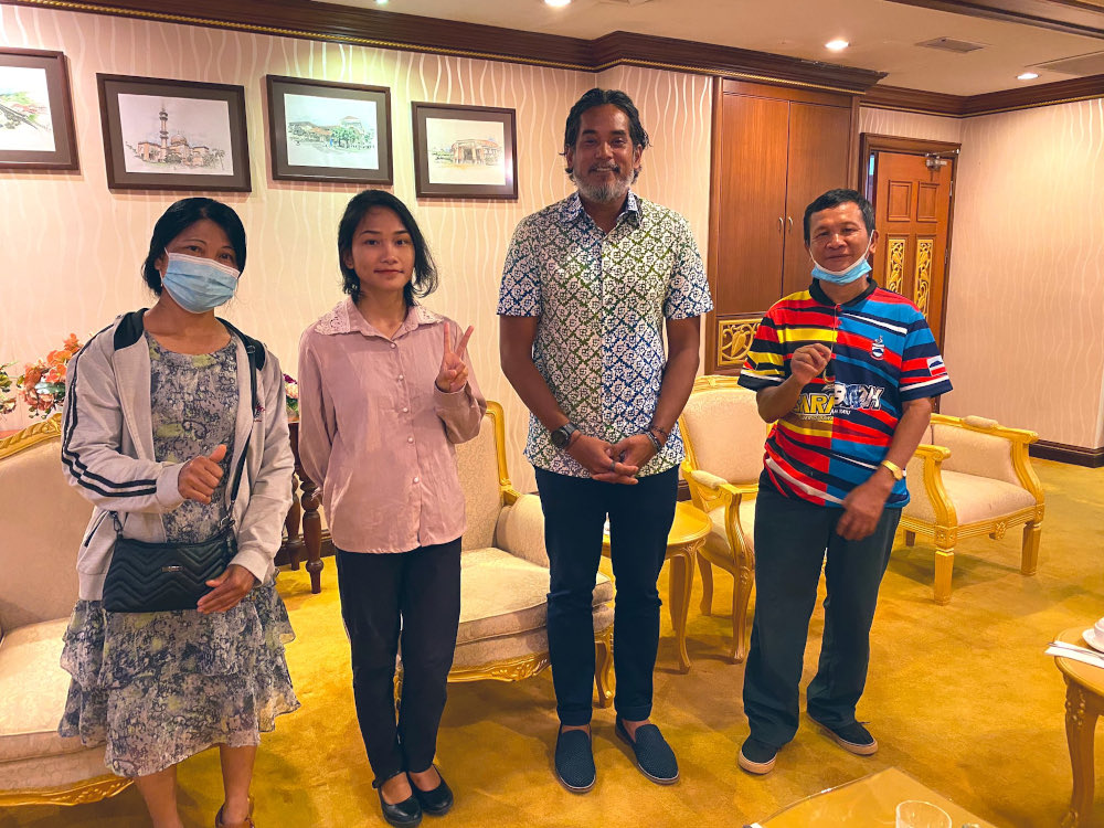 Khairy Jamaluddin, Sabah undergraduate Veveonah Mosibin (2nd left) and her parents pose for a picture in UMS September 10, 2020. — Picture via Twitter/Khairy Jamaluddin