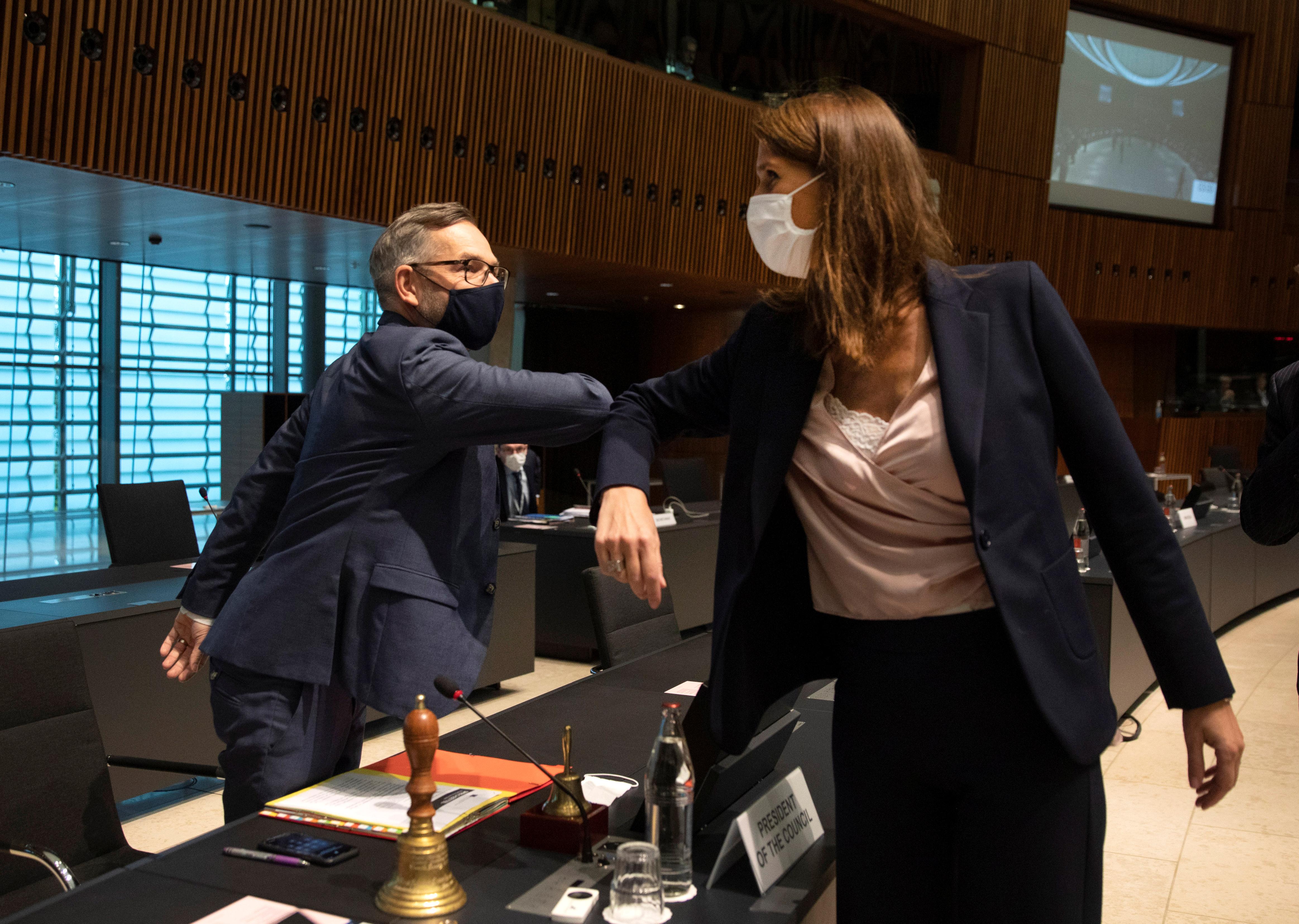 威尔姆斯(右)上周一曾在卢森堡,出席与欧盟其他外长的面对面会议。-路透社-