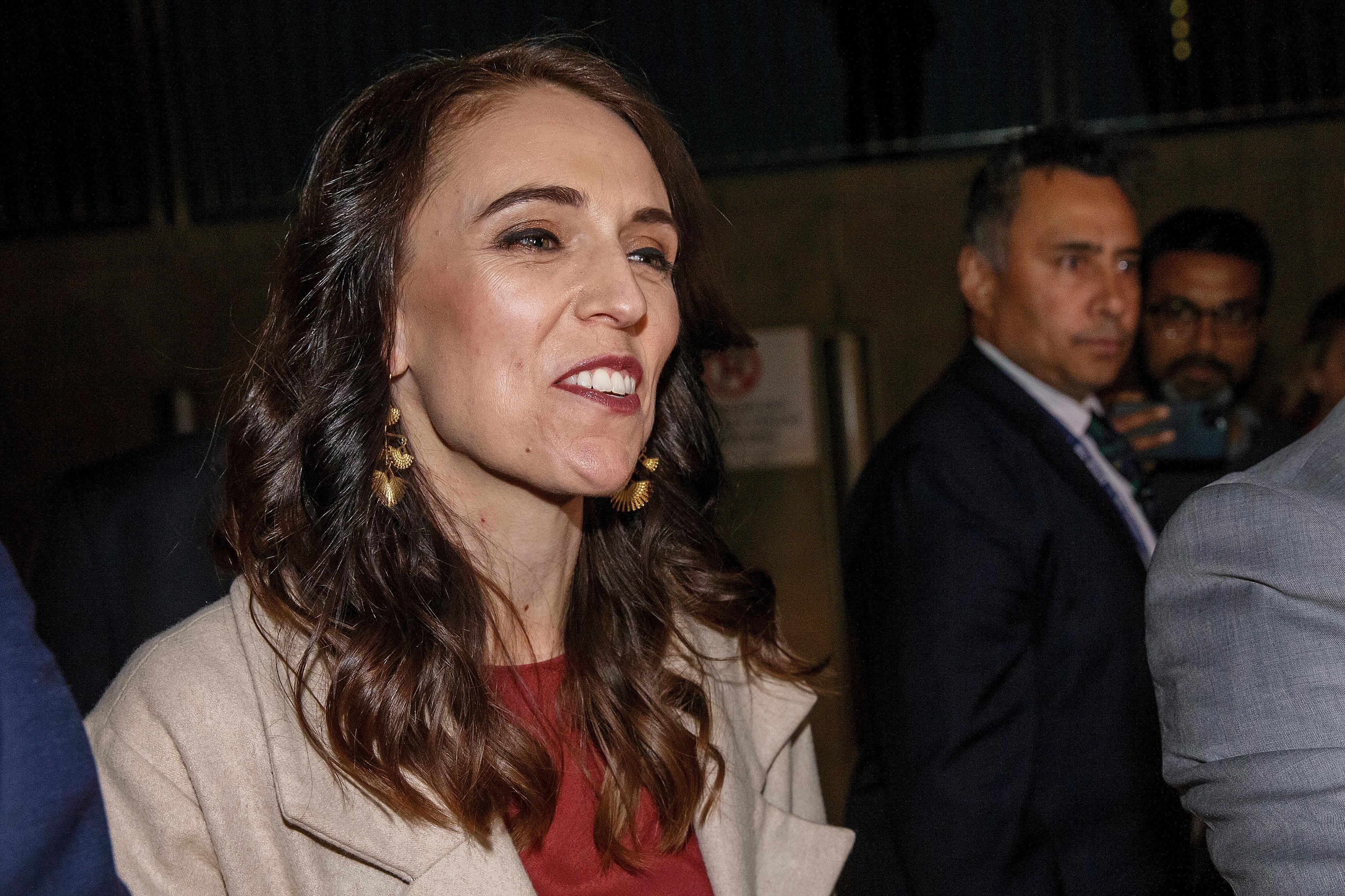 寻求连任的阿德恩处理武汉肺炎疫情的手法受到赞扬,她周六晚到工党总部观看开票结果时神情轻松。-路透社-