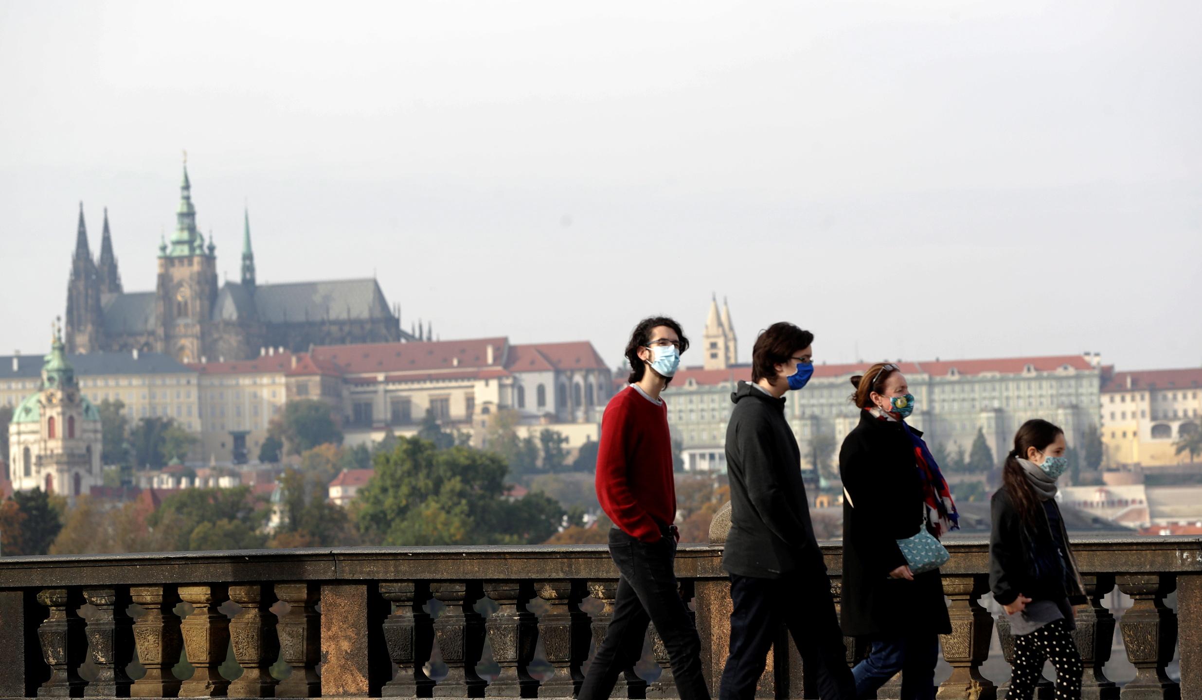 随着捷克疫情形势急转直下,捷克政府周四起限制民众自由出行并关闭大多数商业经营场所。-路透社-