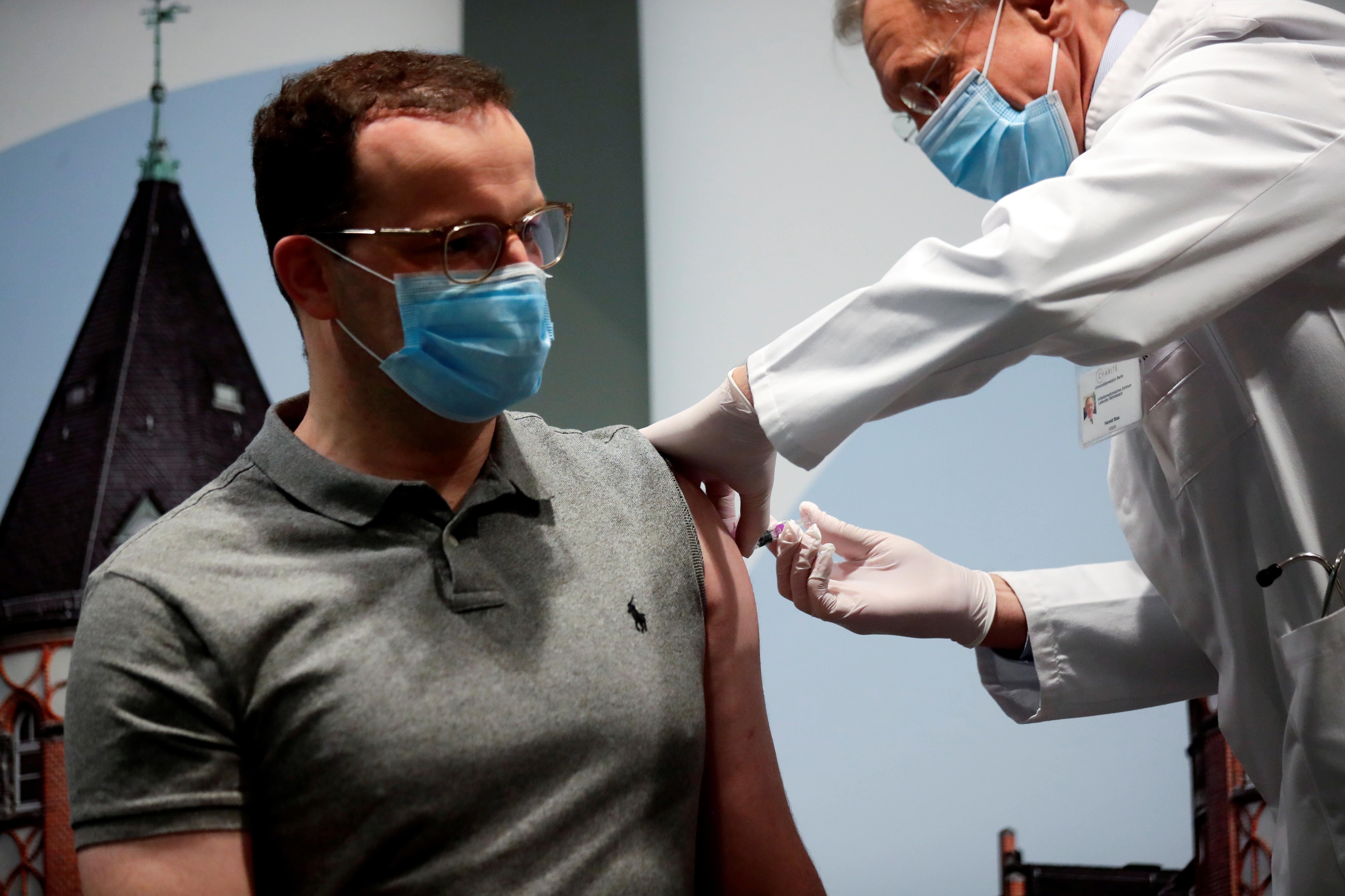 疫情在德国政界蔓延,40岁的卫生部长斯潘(左)证实对新冠病毒呈阳性反应,出现类似感冒的病征,正接受隔离。-路透社-