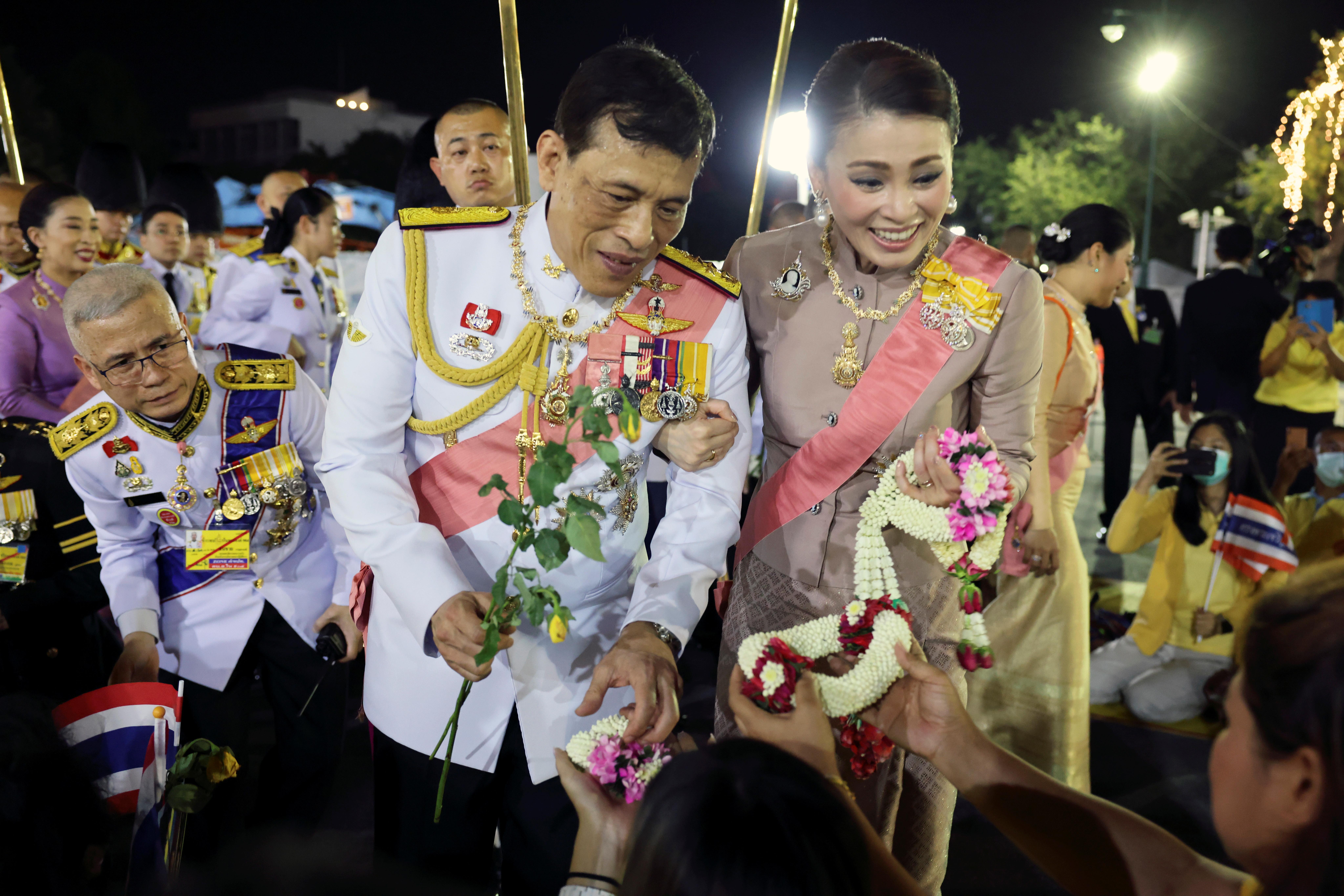 泰王周五和王后与苏堤达一同出席亡父普密蓬逝世4周年的纪念活动,受到保皇派热烈欢迎。-路透社-