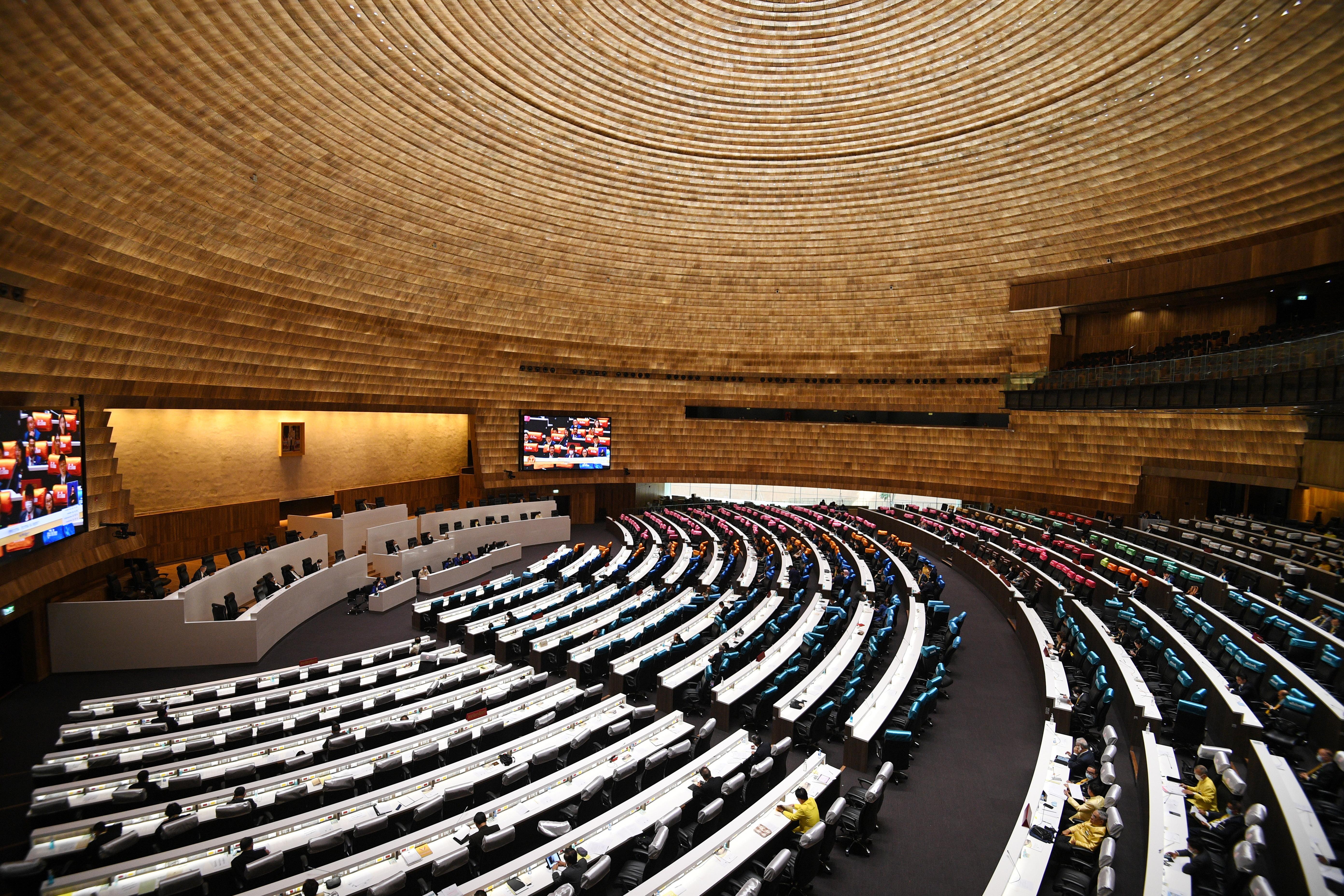 泰国国会一连两天召开特别会议,商讨化解当前反政府示威的途径。-路透社-
