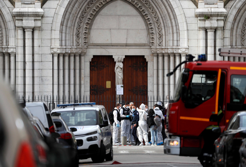 事发后,大批法医人员到达尼斯市中心的圣母院大教堂,拉起封锁线搜证。-路透社-
