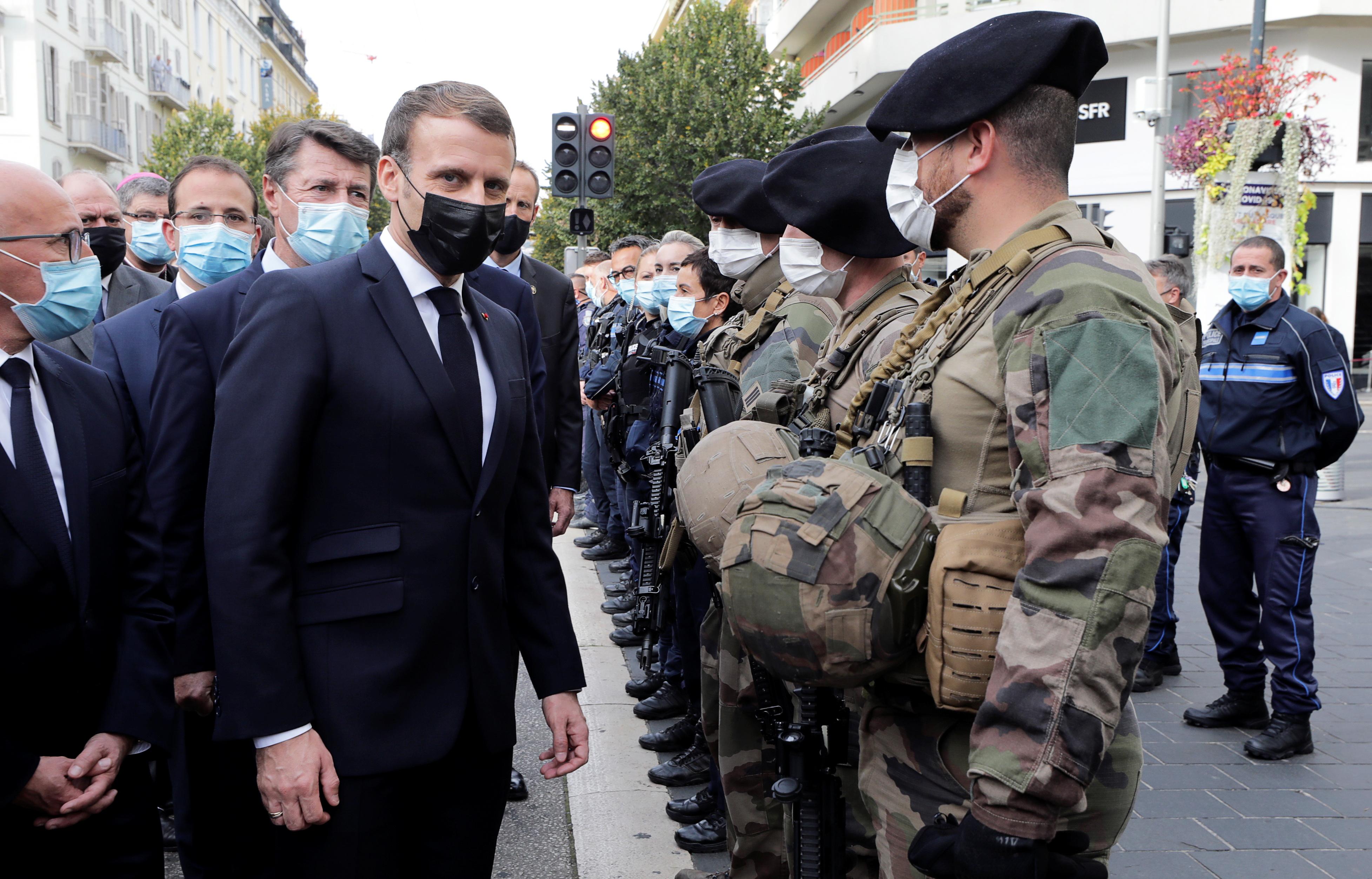 马克龙(左2)随后抵达尼斯视察,到事发教堂与军方、警方会面。-路透社-