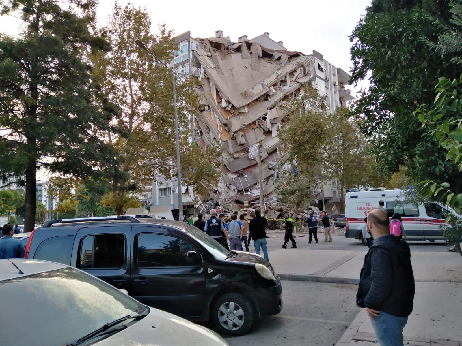 土耳其第三大城市伊兹米尔灾情惨重,多处建筑物倒塌,不少民众受困瓦砾下。-路透社-