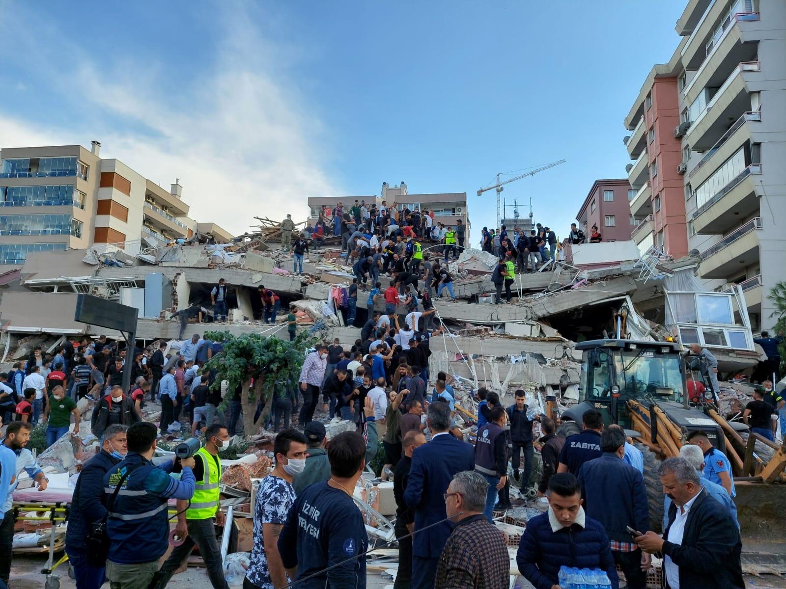 电视画面和上传社群媒体的画面可以看到民众奋力搬移倒塌建筑的瓦砾堆,试图搜救受困者。-路透社-