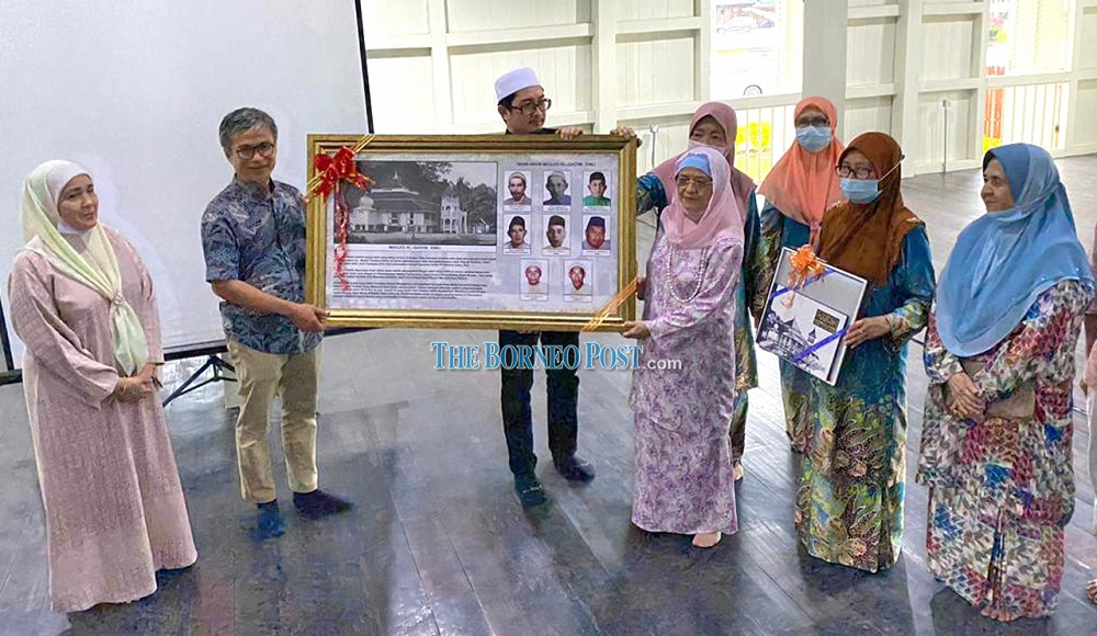 Dr Annuar (second left) presents a memento to Juma'ani, as Sharifah Zaidah (left) and others look on. — Borneo Post Online pic