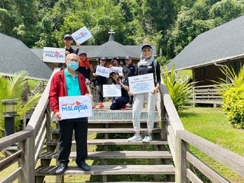 Minos (front) with Tourism Malaysia officials at Bung Bratak. — Borneo Post Online pic