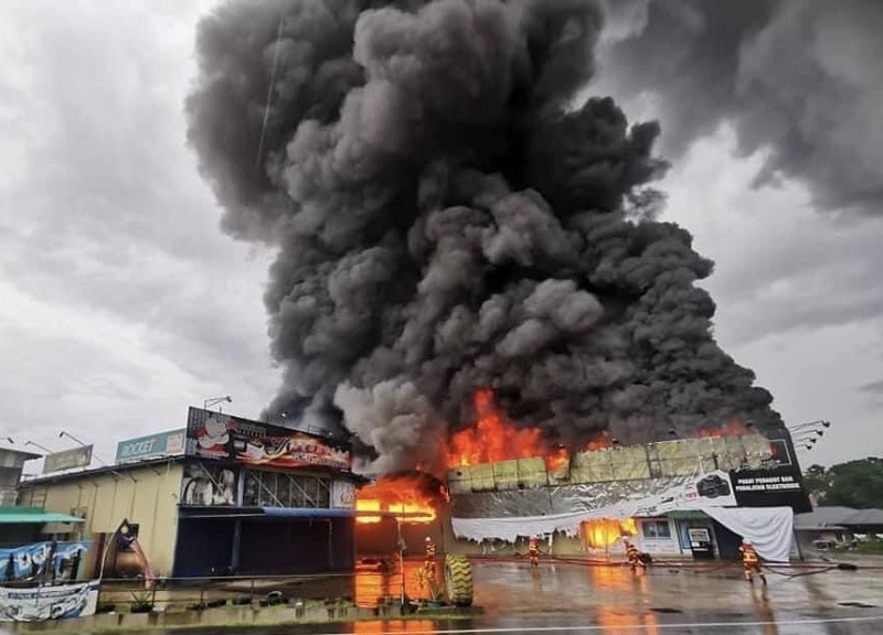 Firefighters controlling the blaze that destroyed the Chan Furniture warehouse at Jalan Lintas Kepayan yesterday morning. — Borneo Post Online pic